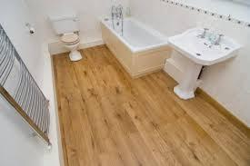 Дерев'яна підлога в ванній