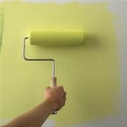 нанесение водоэмульсионной краски на стену